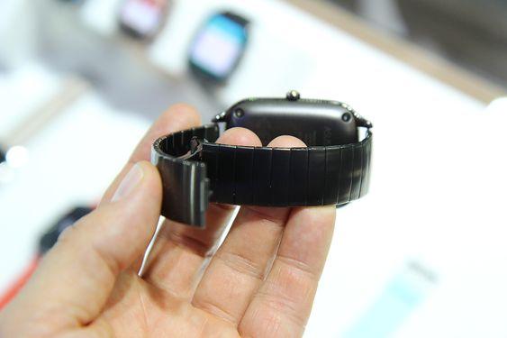 En avtagbar batteripakke på undersiden gjør klokken litt tykkere.