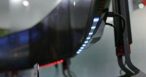 På Predator X34 kan du selv velge mellom flere farger på lyset under skjermen.