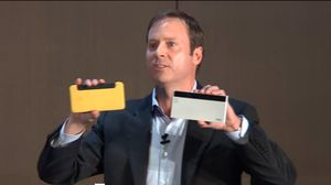 Intels Kirk Skaugen viser frem protyper på mobiltelefoner med integrert RealSense-teknologi under sin åpningstale på Computex.