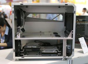 Med den ene sidedøren av ser vi at Lian_Li PC-V33 vil ha hovedkortet liggende.