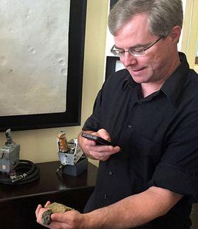 Forfatter Andy Weir jobber nå med en mer «tradisjonell» science fiction-bok.