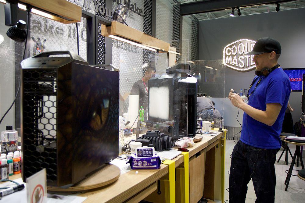 Her får vi se en casemodder i aksjon på Cooler Masters stand.