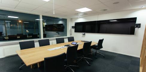 NYTT MØTEROM: Det kan se ut som et helt vanlig møterom, med skjult i vegger og bord ligger det smart teknologi som lar de ansatte samhandle bedre.