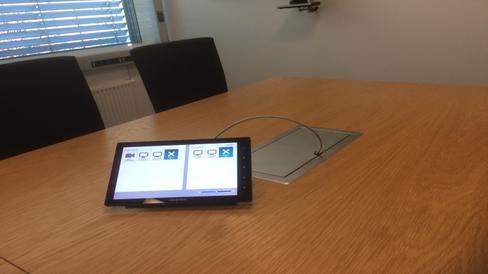 ENKEL KONTROLL: Via dette enkle Crestron-styringspanelet styrer de ansatte systemene i møterommet.