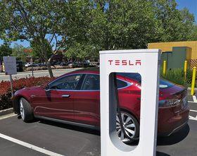 Teslas Supercharger er et proprietært system som leverer i underkant av 150 kilowatt.
