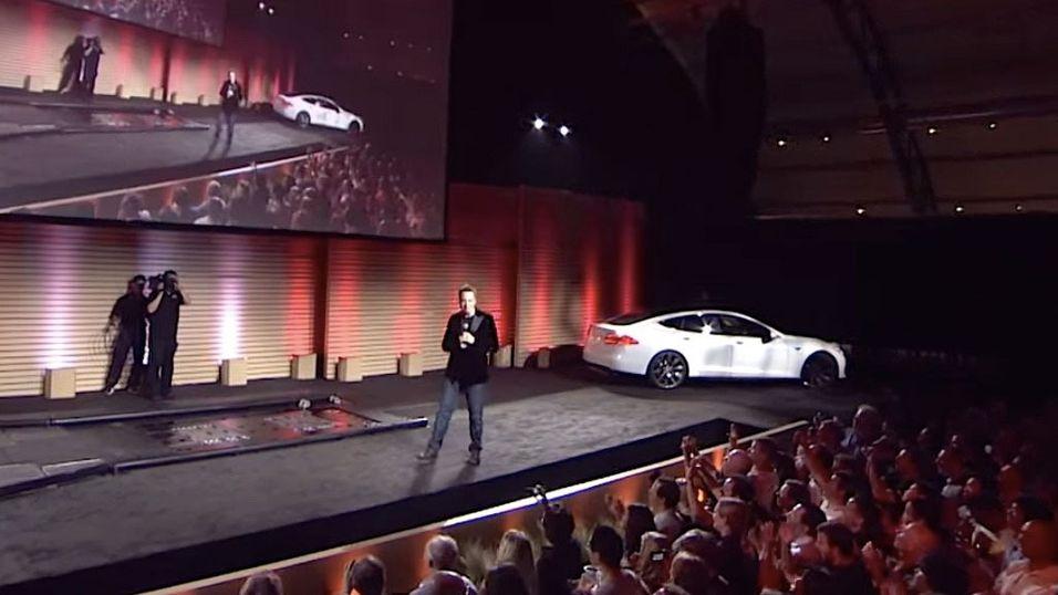 Bilde fra introduksjonsvideoen der Musk viste frem hvor raskt man faktisk kunne bytte batteri.