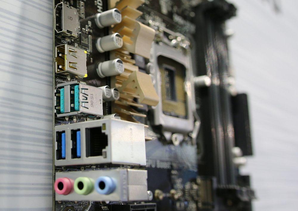 Vendbar USB-kontakt i gult, rett over de to USB 3.1-kontaktene.