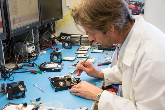 RENROM: IBAS har flere renrom, som lar de åpne opp harddisker og repare fyiskse skader uten at harddisken blir ødelagt.