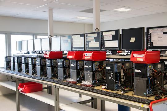 JOBBER VERDEN OVER: Når data skal rekonstrueres kobles harddiskene på disse maskinene. Teknikere både hos IBAS i Kongsvinger kan da få hjelp fra teknikere i morselskapet Kroll Ontrack i USA om det trengs. .