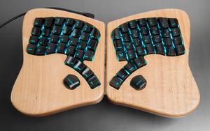 Det nye, ergonomiske tastaturet Model 01.