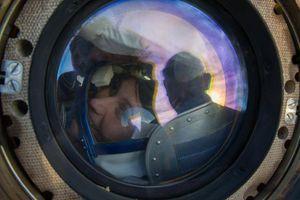 ESA-astronaut Samantha Cristoforetti titter ut på redningsarbeiderne etter en vellykket landing.