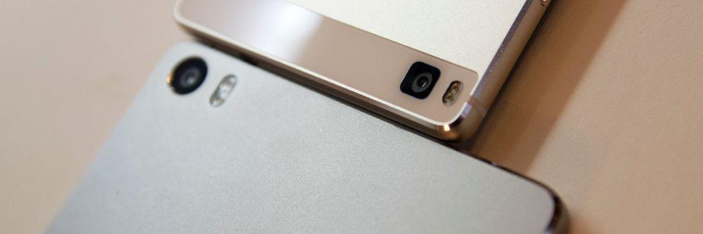 Huawei P8 max nederst, den vanlige toppmodellen P8 øverst. Størrelsesforskjellen er betydelig.
