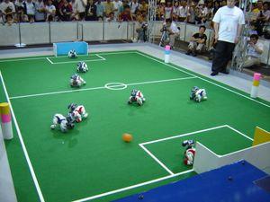 AIBO-er spiller fotball i RoboCup 2005 i Japan.