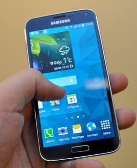Galaxy S5 er vanntett, og kjører Samsungs etterhvert godt kjente brukergrensesnitt på toppen av Android.