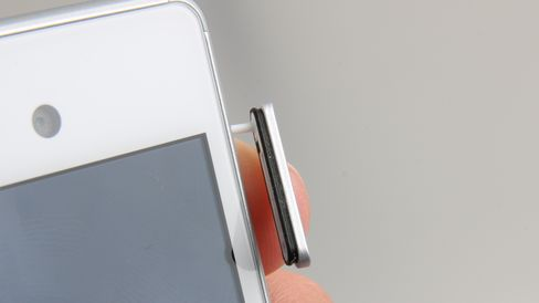 Pakninger rundt luker er et tegn på at telefonen skal være vanntett.