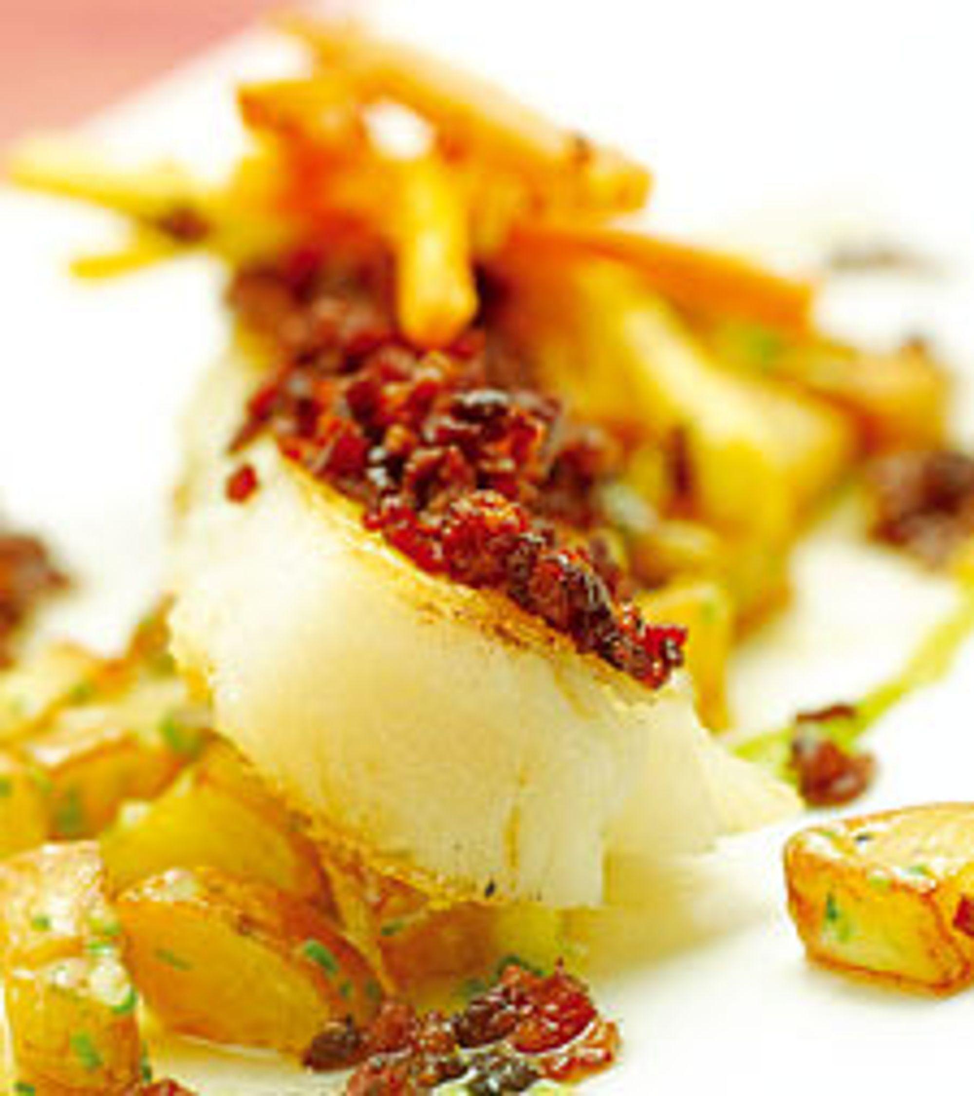 Grillet tørrfisk med sennepsgrønnsaker, petit pois-puré, baconsmør og aiolipoteter