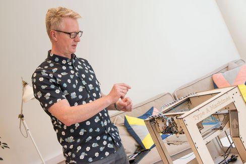 MANGE LEKETØY: Westerdalshar en egen lab der studentene kan prøve ut ny teknologi. Her viser fagansvarlig på masterstudiet, Asle Fagerstrøm, hvordan 3d-skriveren deres fungerer.
