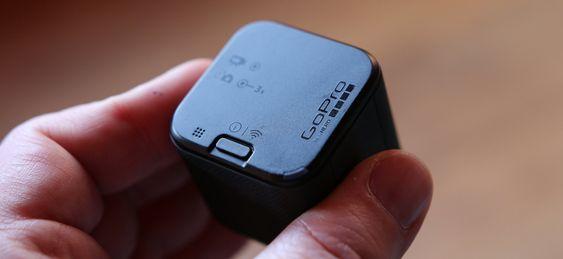 Baksiden av kameraet har en sekundær mikrofon, samt en sekundær knapp som lar deg sette opp fjerntilgang.