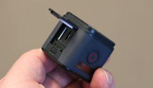 Bak en luke på siden finner vi plass for minnekort og mikro USB-kontakt for lading eller dataoverføring.