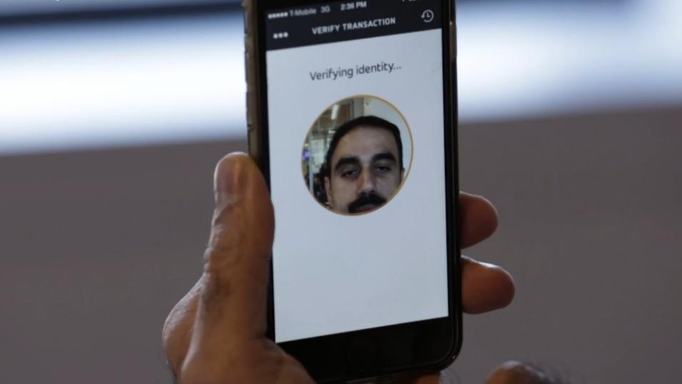 Med MasterCards nye løsning blir brukeren bedt om å stirre inn i mobilkameraet og bekrefte betalingen ved å blunke med øyene.