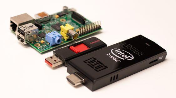ICS er ikke store karen. Her sammenligner den størrelse med Raspberry Pi og en USB-minnepinne. Vi ser minnekortleseren lengst til høyre.