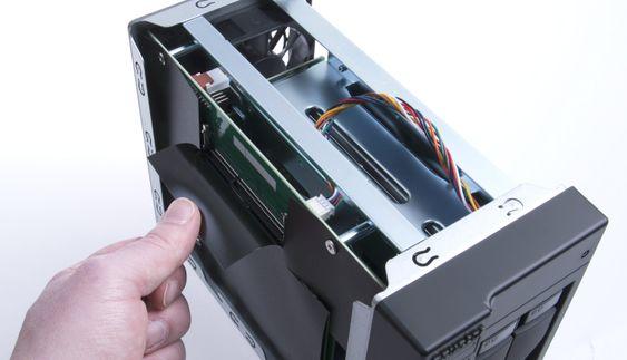 Asustor AS5002T er utstyrt med to plasser for minnemoduler, noe som gjør det enkelt å oppgradere til mer RAM.