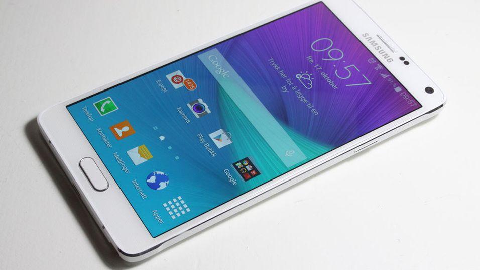 Galaxy Note 5 skal etter sigende lanseres allerede i august, og blir dessuten helt flat. Her illustrert med fjorårets modell, Note 4.