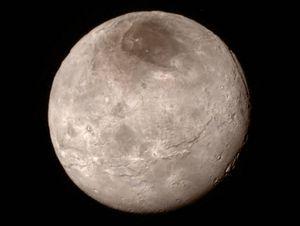 Slik ser månen Charon ut.