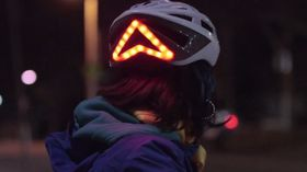 Lyser når du bremser, takket være sensorer som sitter i hjelmen.