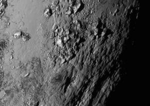 Detaljert nærbilde av Plutos svære isfjell.