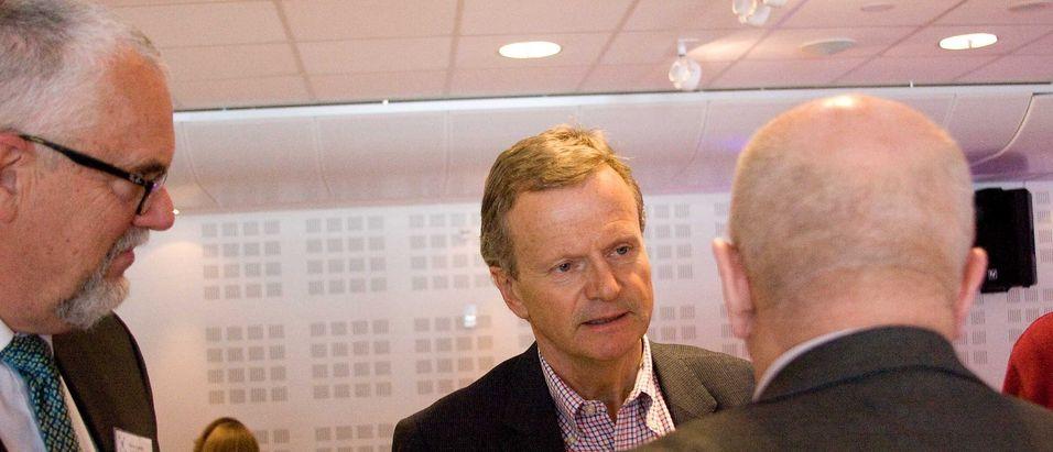 Tor Helge Lyngstøl og Jon Fredrik Baksaas i samtale med Torstein Olsen under Nkom agenda i juni. Onsdag legger Baksaas fram sitt siste kvartalsregnskap som Telenor-sjef og overlater roret til Sigve Brekke.