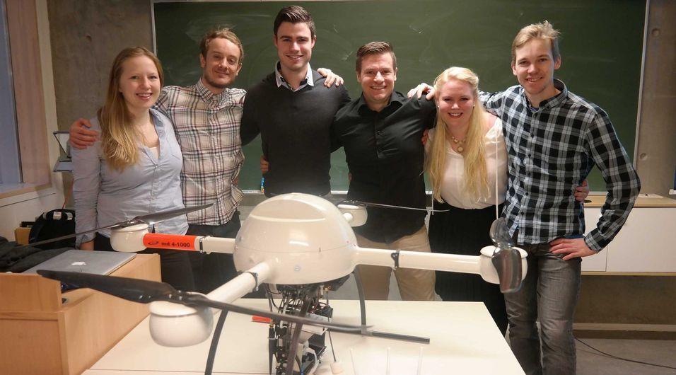 Bedriften Norsk redningsdrone begynte som et tverrfaglig studentprosjekt ved NTNU i Trondheim. Her er teamet samlet bak dronen: Agnes Karin Eliassen, Eivind Maeland, Kristoffer Gebuhr Aulie, Ole Kristian Forstrønen Thu, Kristina Brend og Einar Uvsløkk.