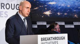 Yuri Milner på scenen sammen med fysiker Stephen Hawking.