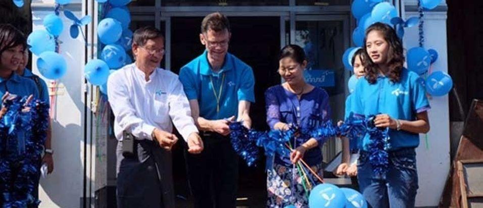 Telenor Myanmar-sjef Petter Furberg åpner nettet i Bago.