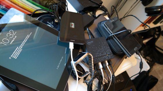 Den lille klossen like til høyre for midten av bildet er Smart Charge 8000. Den gjorde det kanskje ikke så veldig mye ryddigere på skrivebordet mitt ...