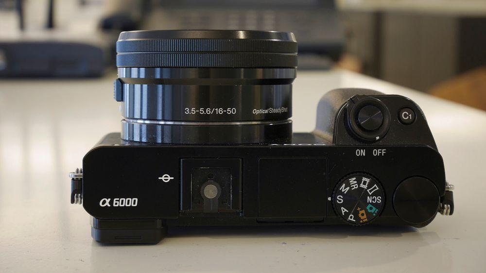 Kameraet har et relativt stort grep som ligger godt i undertegnedes mellomstore herrehender.