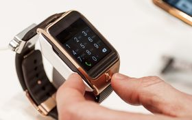 Samsung har tatt kraftig innpå Apple, men har et godt stykke igjen før de kan konkurrere med Apple Watch. Dette er Samsungs Gear 2.