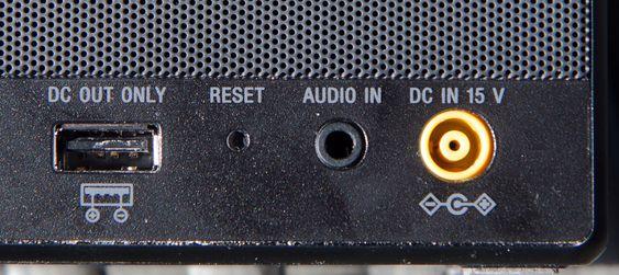 USB-porten på baksiden er praktisk for å lade mobilen.