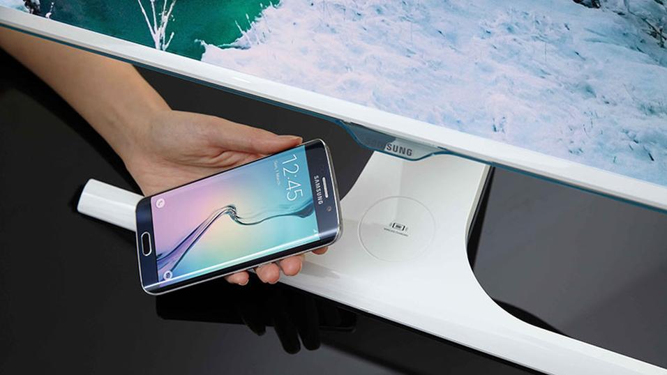 Den nye Samsung-skjermen kan brukes til trådløs lading av mobilen.