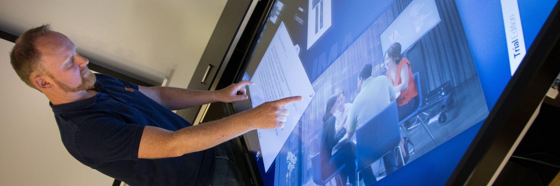 ALLE FORMER FOR BRUK: En god touch-skjerm kan både brukes som tradisjonell undervisningstable, og touch-bord ved at den vippes ned. Høydejustering av skjermen er også lurt for å gi alle lærere en komfortabel arbeidshøyde. Og siden alt som er skrevet på skjermen skjer digitalt, kan læreren sende en skjermdump av alle notatene rett til samtlige elever.