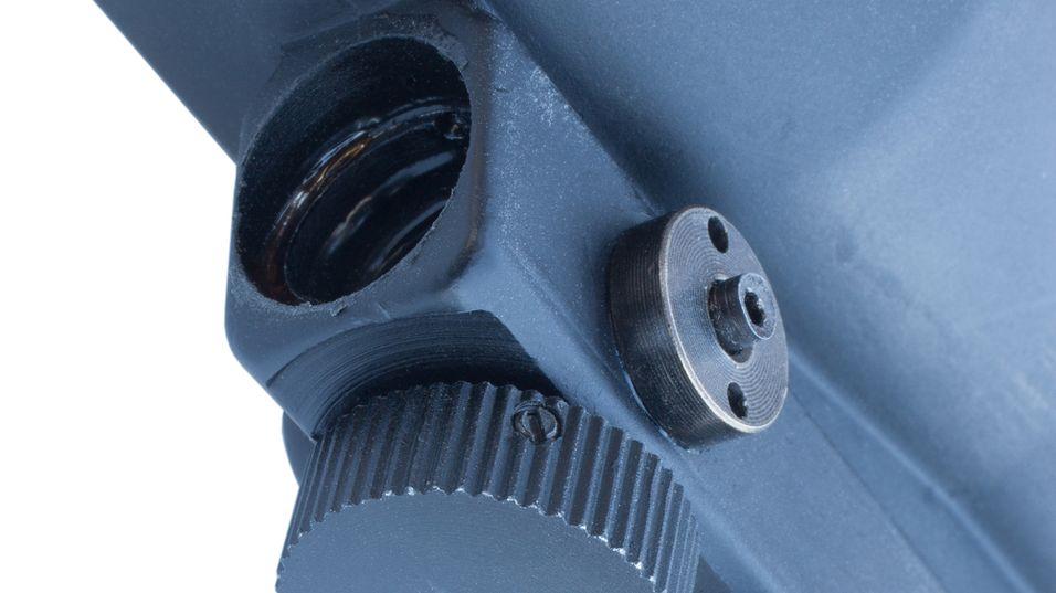 Illustrasjonsbilde som viser en lasermåler montert under et kikkertsikte på et konvensjonelt våpen.