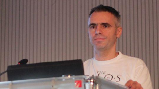 Alen Ladavac på talerstolen under GDC Europe.