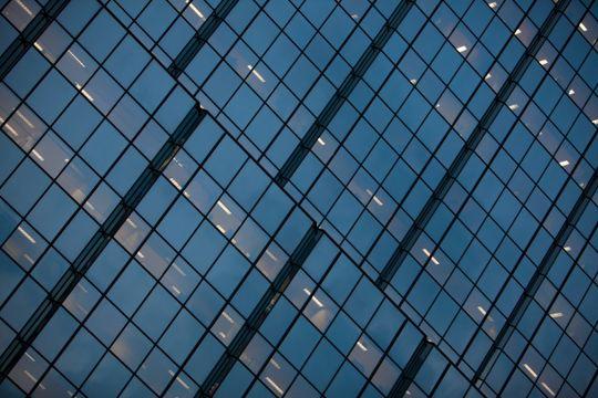 Ved å lage slisser i vindusfolien, kan mobilsignalene slippe gjennom.
