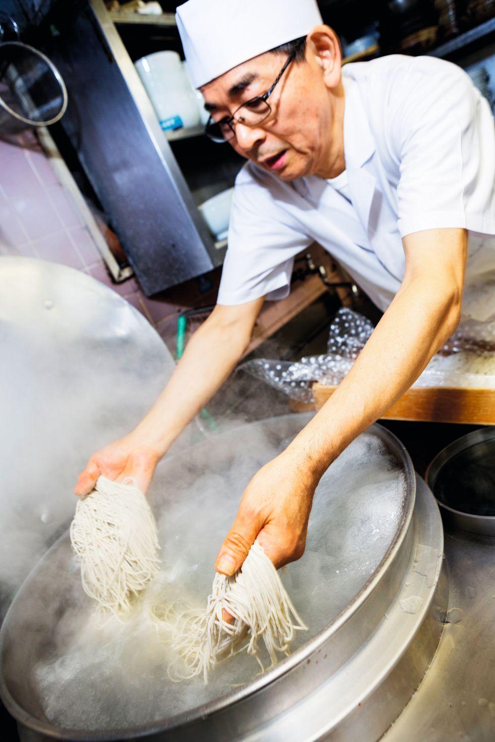 Her koker Katsuzo Sugai nudlene.