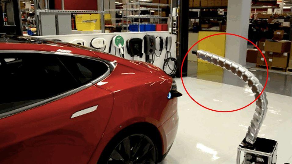 Se Teslas nye «slange-lader» i aksjon