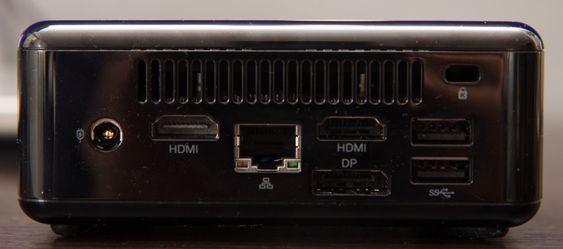 Det er hele tre skjermutganger på baksiden; to HDMI og én DisplayPort.