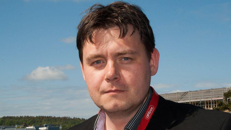 Produktdirektør Øyvind Lundbakk i Altibox jobber med et plaster på såret til kundene som ikke fikk sett premieren på Forsvaret tirsdag.