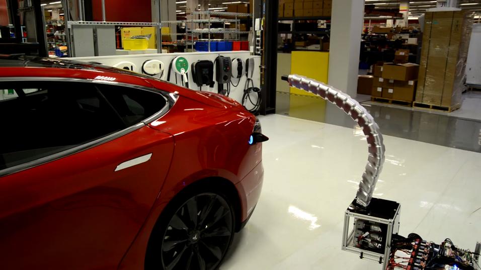 Slik ser den nye robot-ladekabelen til Tesla ut.