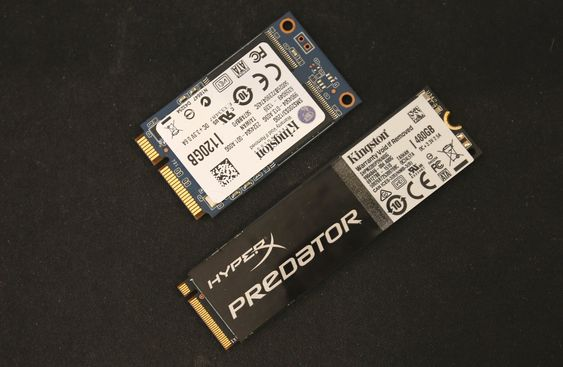 En mSATA SSD øverst, og M-nøklet (vi kommer til det) M.2-SSD under.