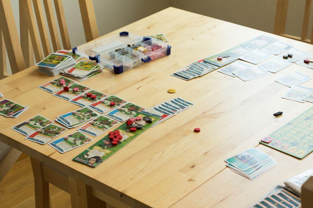Spillet tar sin plass på bordet og her er det bare satt opp for to spillere.